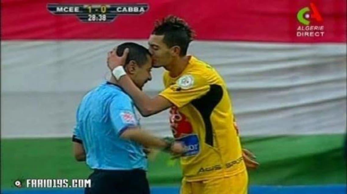 لاعب جزائري يُقبّل حكماً منحه بطاقة صفراء