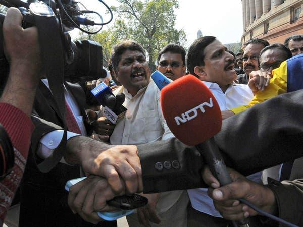 عراك بالأيدي وغاز مسيل للدموع بالبرلمان الهندي