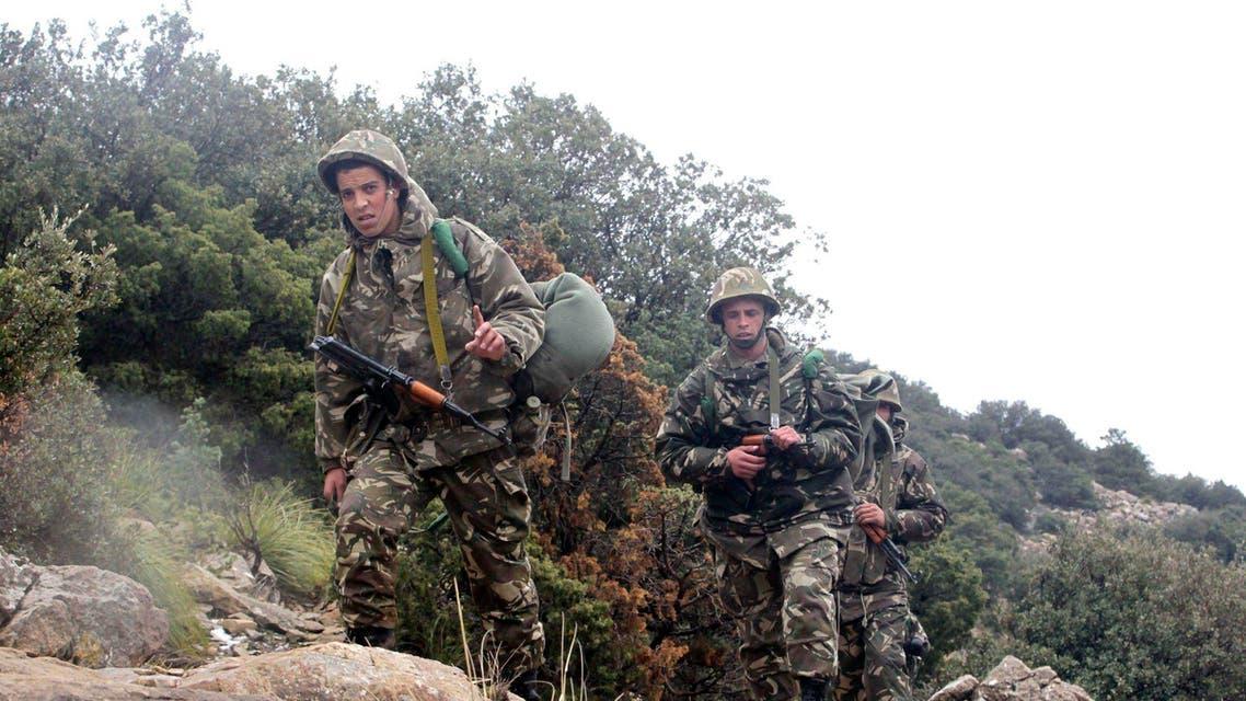 عناصر من الجيش الجزائري في موقع تحطم الطائرة العسكرية