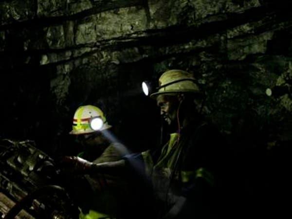 950 عامل منجم عالقون تحت الأرض في جنوب إفريقيا