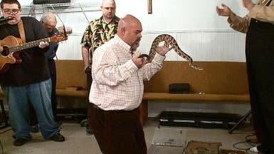 لدغة سامة تقتل قساً أميركيا يستخدم الثعابين في طقوسه