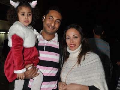 مع زوجته داليا وابنتهما قسمت