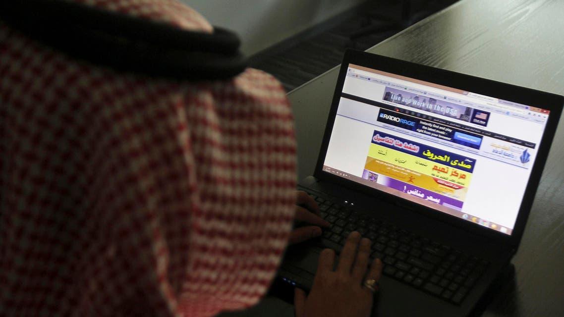 سعودي يتصفح الانترنت على جهاز ايباد