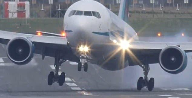 هبوط طائرة خطر ومخيف