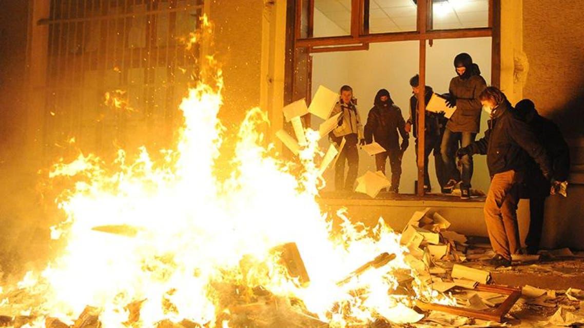 متظاهرون يعارضون الحكومة الاوكرانية يحرقون مقار حكومية