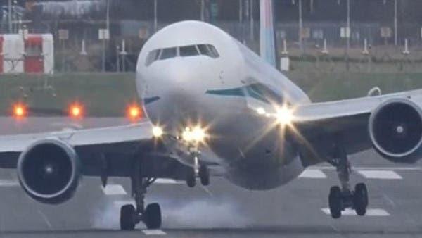 b498e8723 فيديو لهبوط طائرة لا ينصح ضعفاء القلوب بمشاهدته
