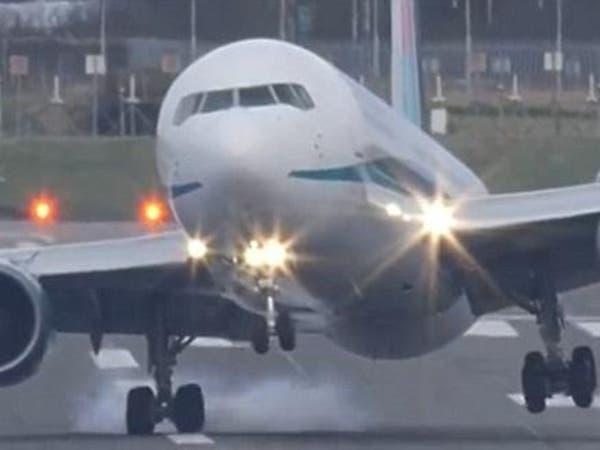 فيديو لهبوط طائرة لا ينصح ضعفاء القلوب بمشاهدته