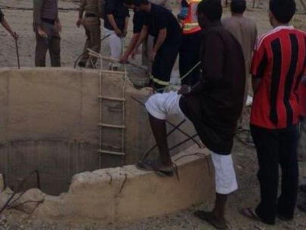 الدفاع المدني ينقذ شاباً عشرينياً سقط داخل بئر
