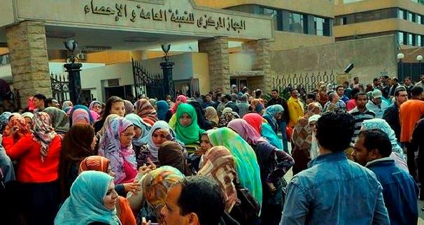 مصريون أمام مقر جهاز الاحصاء السكاني في القاهرة