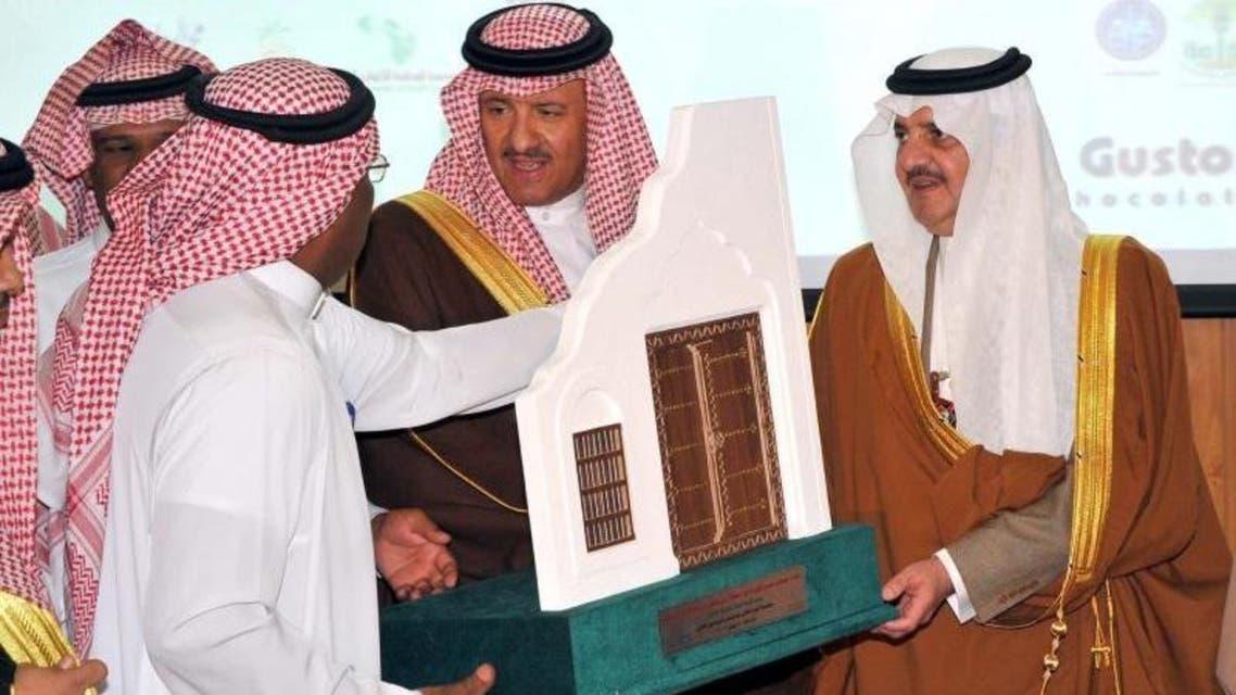 الأمير سعود بن نايف وإلى جانبه الأمير سلطان خلال الحفل