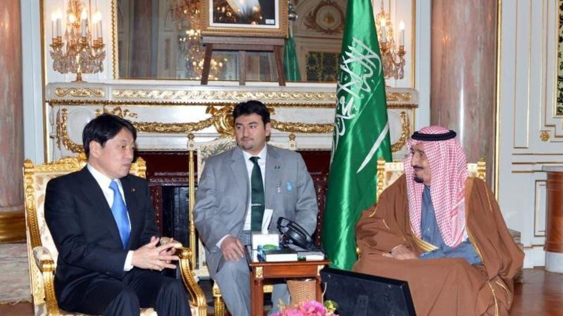 خلال اللقاء الذي جمع الأمير سلمان مع وزير الدفاع الياباني