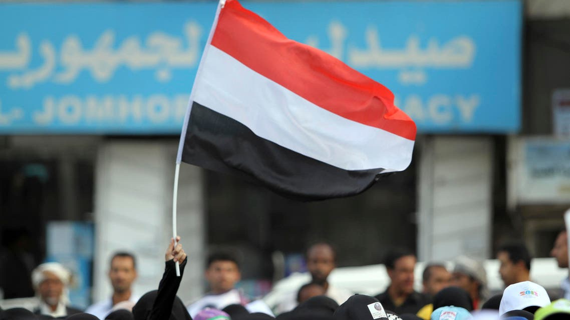 A woman carries the national flag during a pro-democracy march to demand Yemen's former President Ali Abdullah Saleh stand trial for the killings of protesters who demanded the end of his 33-year rule, in Sanaa April 8, 2013. REUTERS/Mohammed al-Sayaghi (YEMEN - Tags: POLITICS CIVIL UNREST)