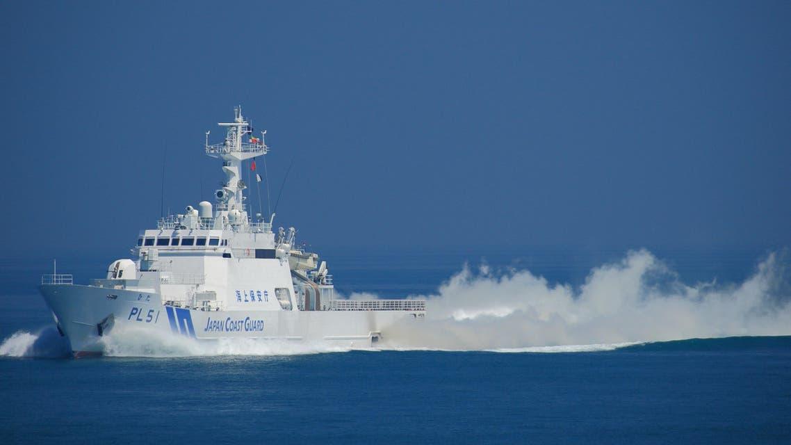 سفينة تابعة لخفر السواحل اليابان تجول سواحل اليابان