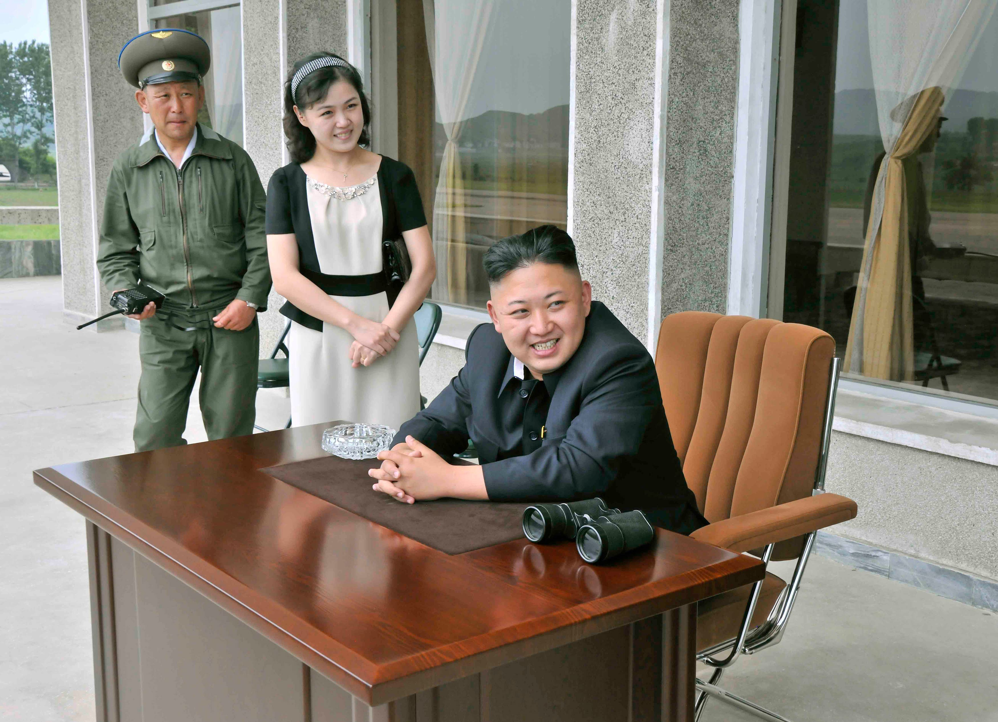 North Korean leader Kim Jong-un (front) and his wife Ri Sol-ju (2nd L) look on during a visit to a military base. (File photo Reuters)