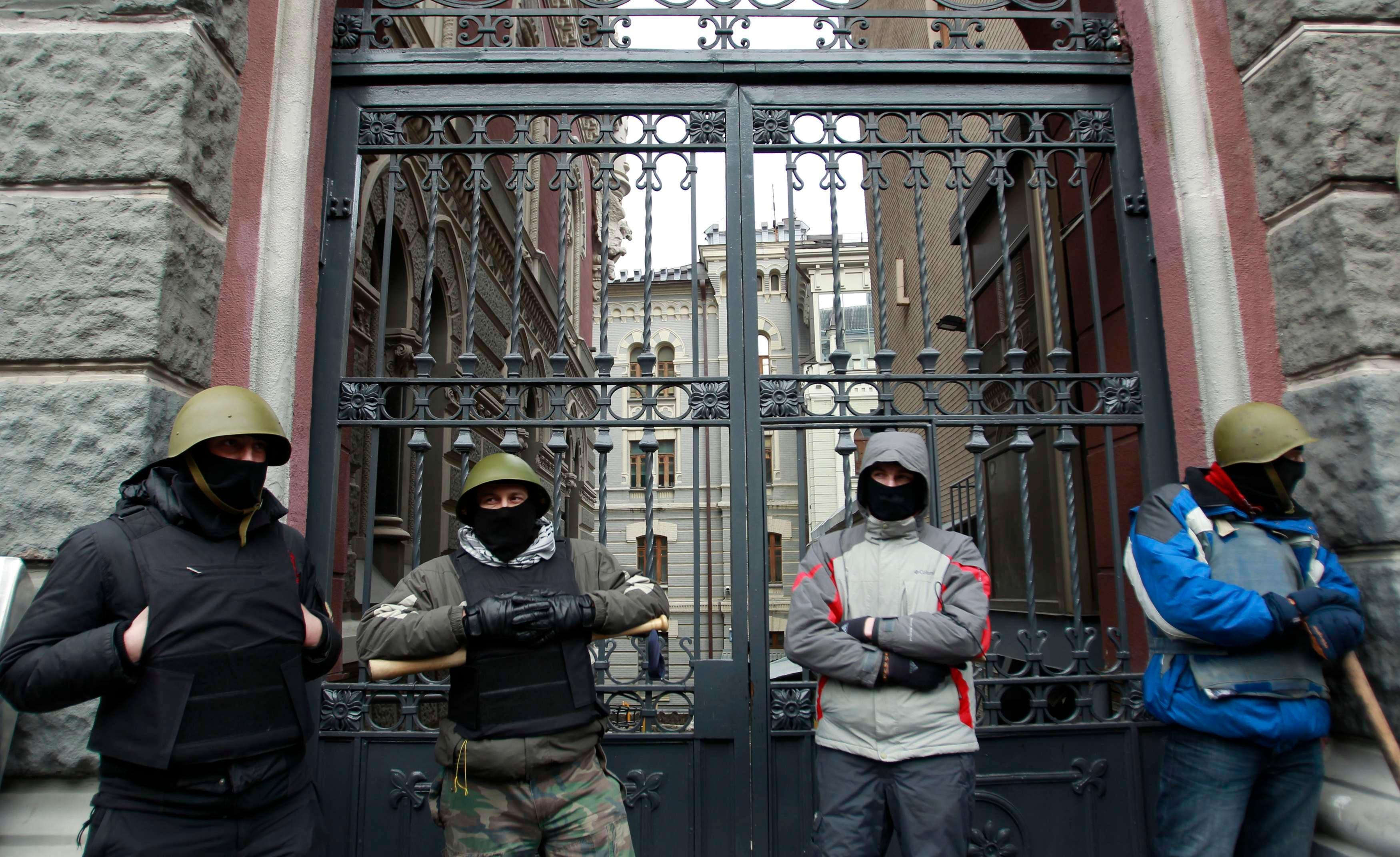 معارضون للرئيس الاوكراني سيطروا على مدخل البنك الوطني في كييف