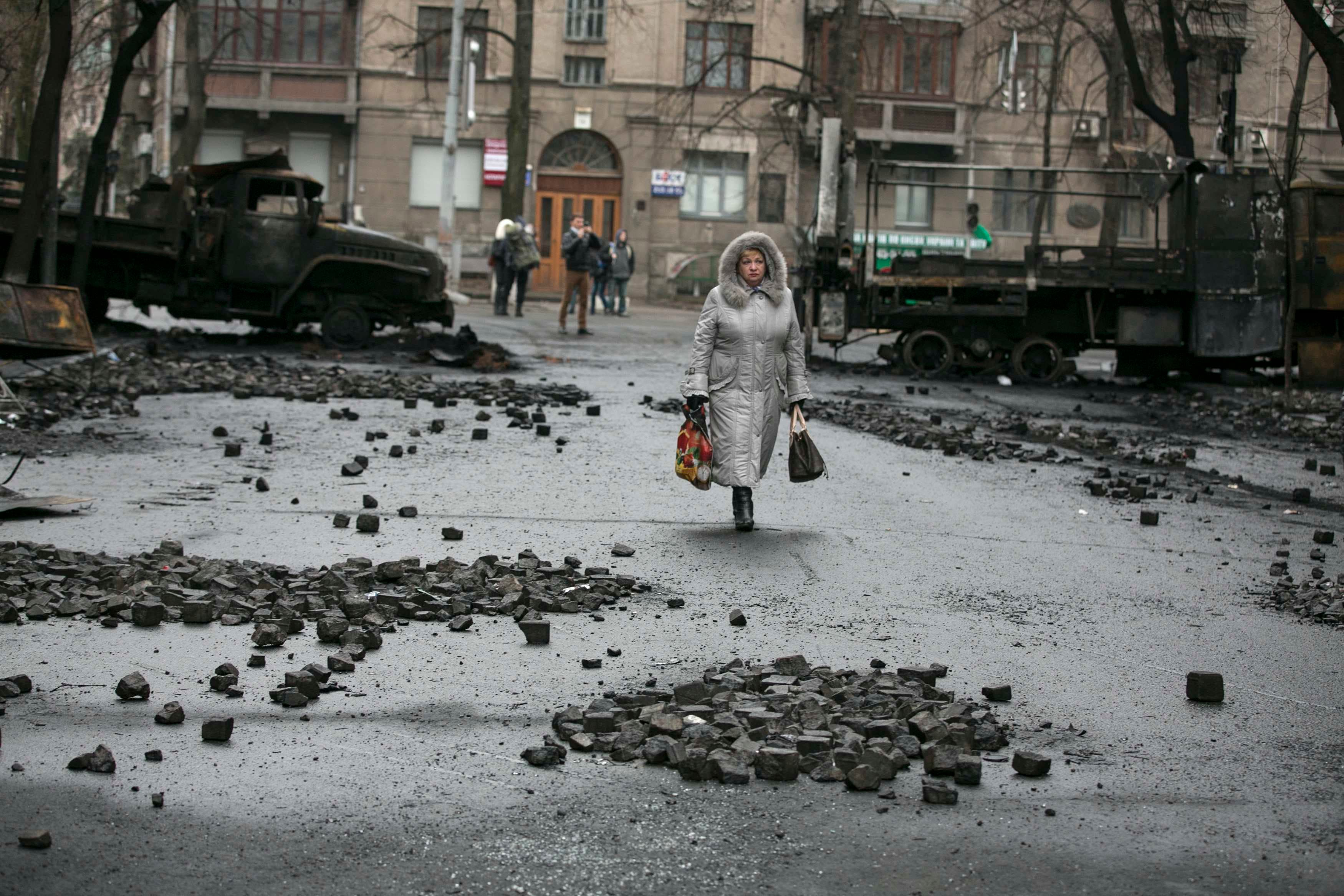 سيدة اوكرانية تعود لمنزلها في منطقة شهدت اعمال عنف في كييف