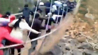 فيديو.. انهيار جسر خلال تشييع جثمان مسؤول فيتنامي