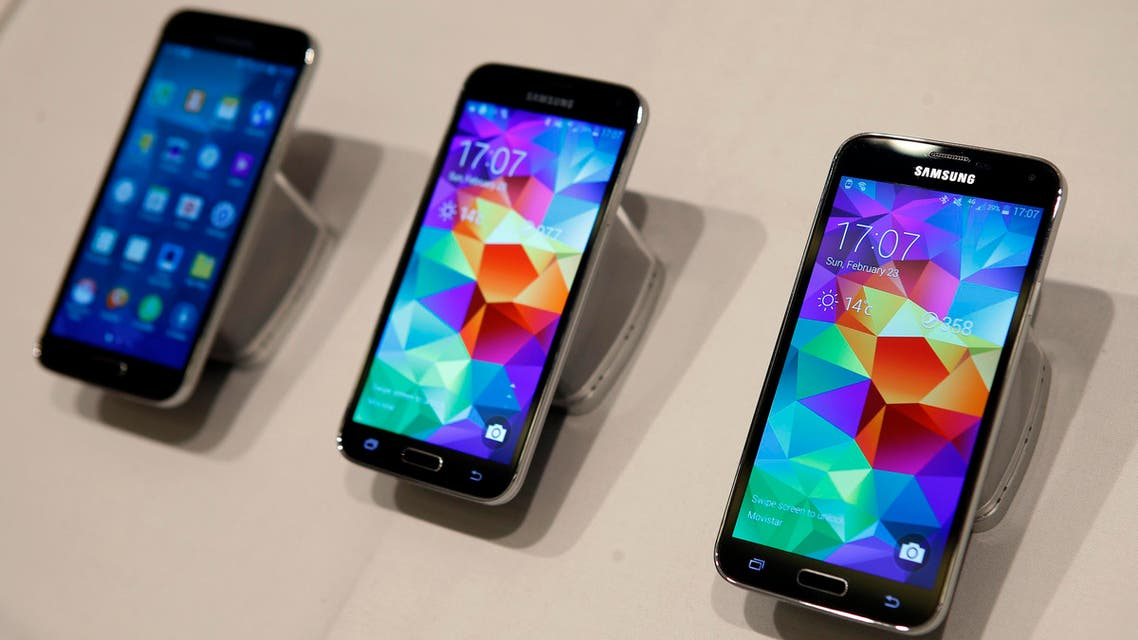 New Samsung Galaxy S5 smartphones are seen on a display at the Mobile World Congress in Barcelona February 23, 2014. reuters