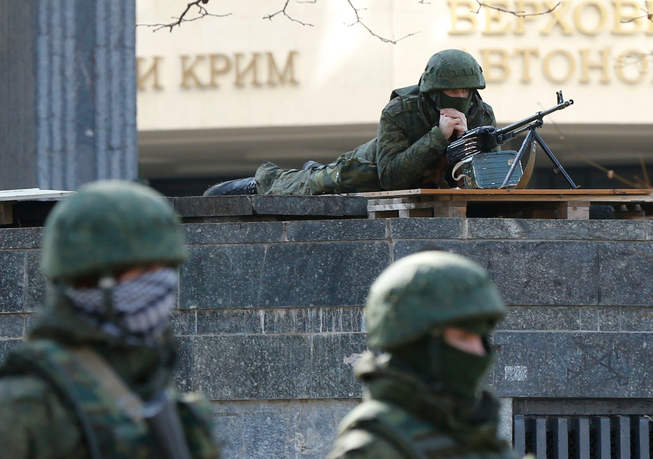 Russian soldiers keep an eye on Ukraine