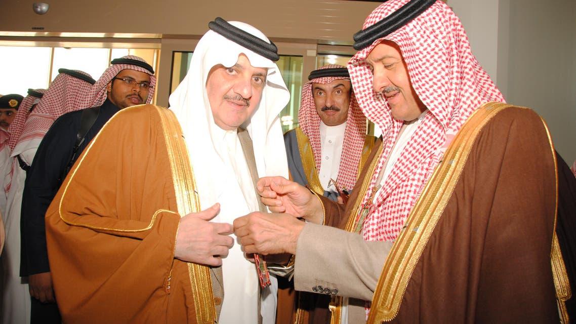 الأمير سلطان بن سلمان خلال تقديم الرخصة للأمير سعود