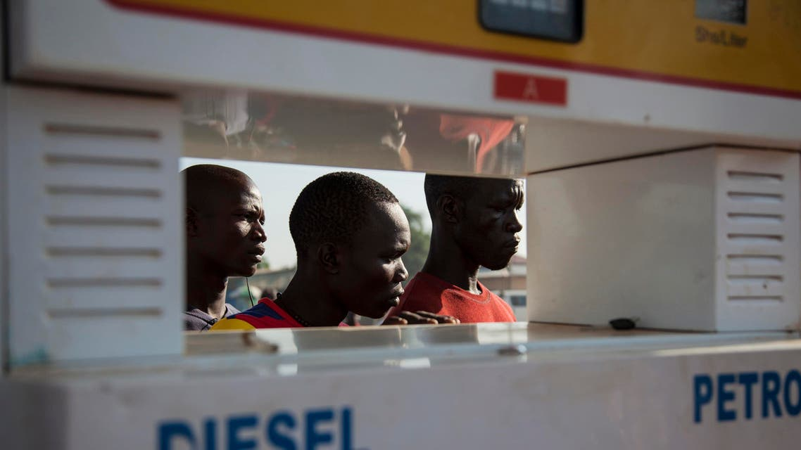 Men wait in line for petrol at a fuel station in Juba in Oct. 2012. (File photo: Reuters)