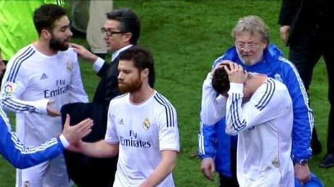 رونالدو يحمي رأسه من جمهور أتلتيكو مدريد