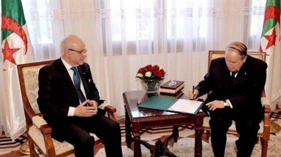 الرئيس بوتفليقة يسلم ملف ترشحه الى رئيس المجلس الدستوري مراد مدلسي