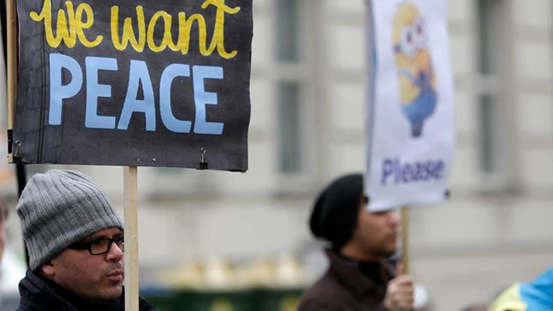 مواطنون اوكرانيون يرفعون لافتات تدعو للسلام في بلادهم