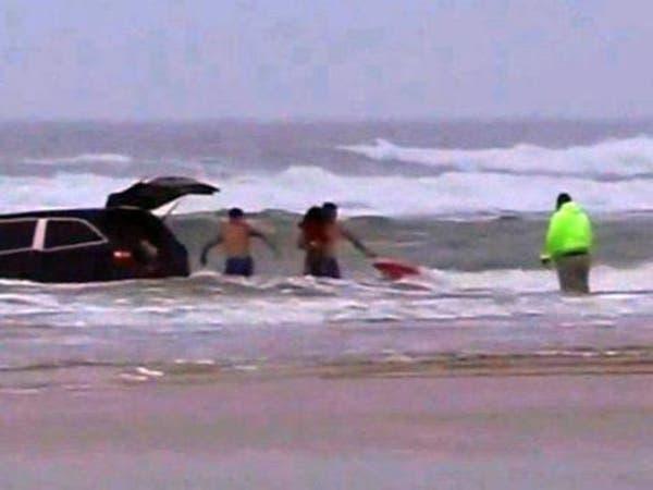فيديو لأم تحاول قتل أطفالها والانتحار في مياه المحيط