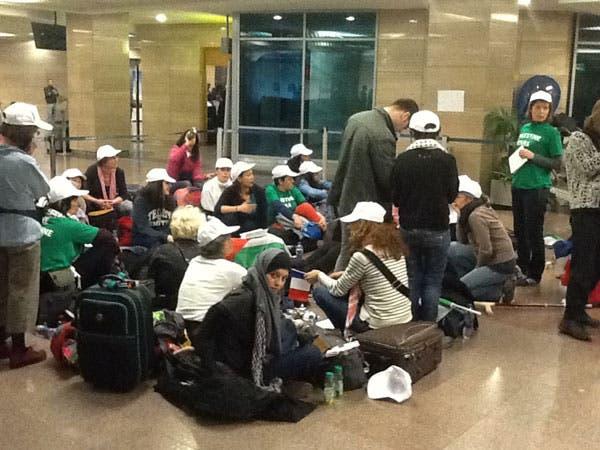 الناشطات يفترشن الأرض بمطار القاهرة