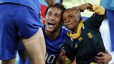 بالفيديو.. طفل يقتحم مباراة كرة قدم ونيمار يحتضنه