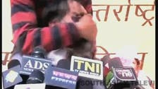 بالفيديو.. رجل يلطخ وجه زعيم سياسي هندي بالحبر