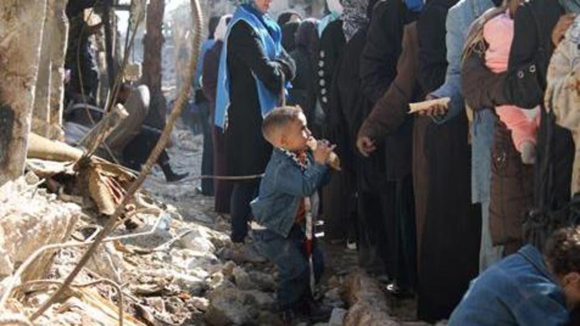 توزيع المساعدات الغذائية على سكان مخيم اليرموك توقف بسبب عودة القتال