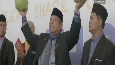 بالفيديو.. السحر آخر طرق الماليزيين لحل لغز الطائرة