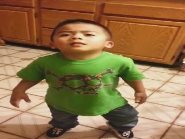 فيديو طريف لطفل يحاول إقناع أمه بالحصول على الحلوى