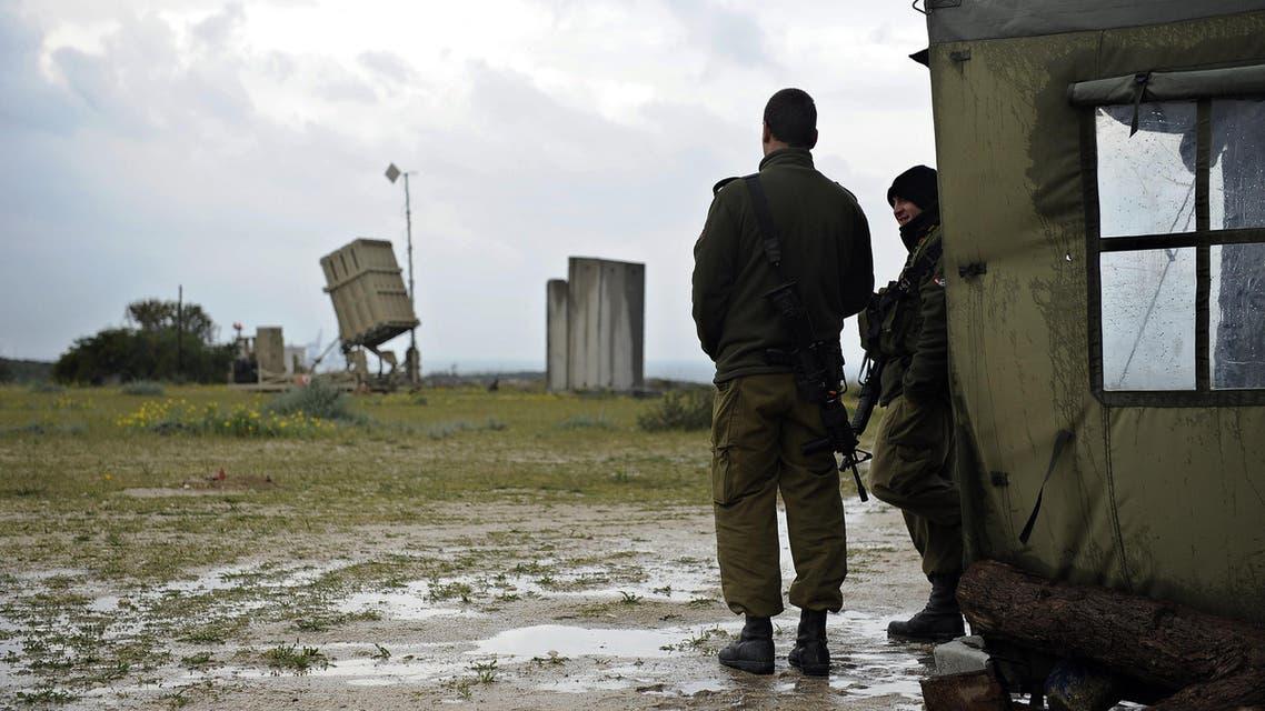 جندي إسرائيلي يصدةن الصوارخ من غزة