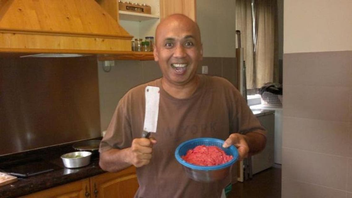 الكابتن طيار زاهيري أحمد شاه حاملا الساطور في المطبخ