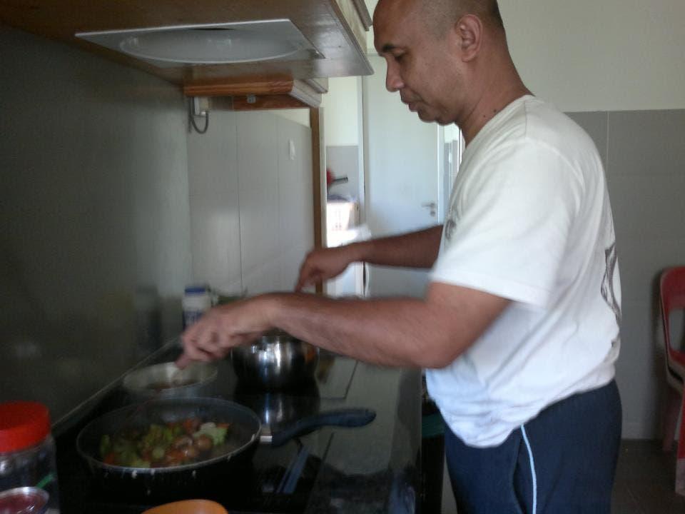 يعد طبخة ما في مطبخ يبدو متواضعا