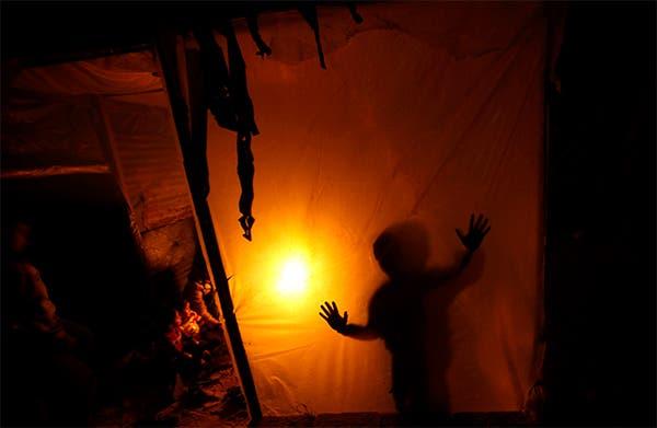 غزة على ضوء الشموع بعد توقف محطة الكهرباء الوحيدة لنفاذ الوقود