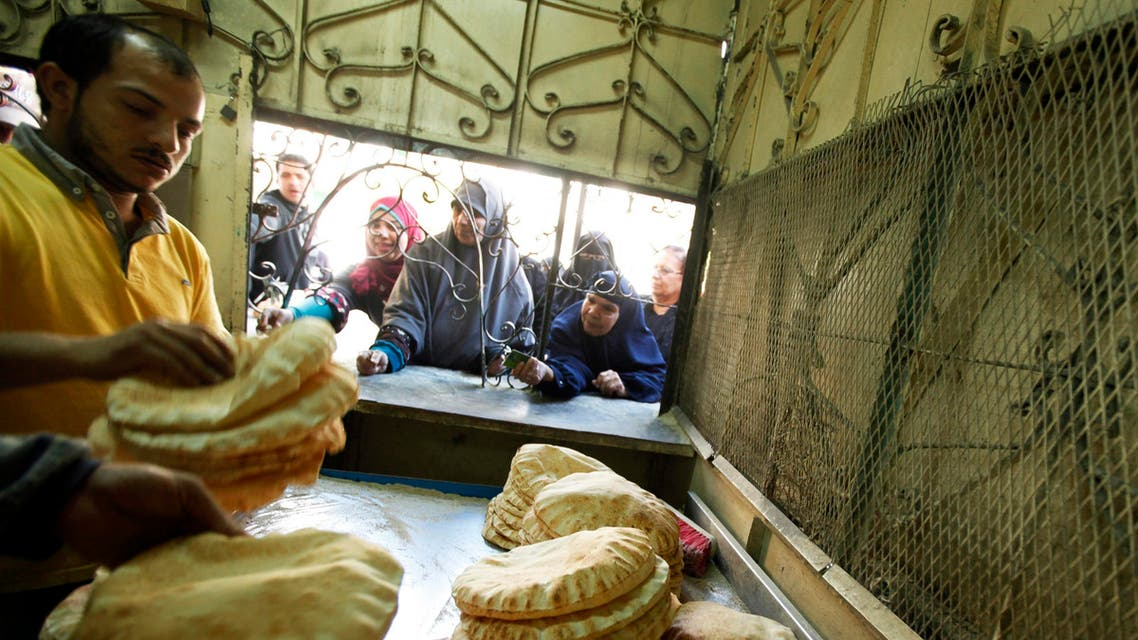 People queue for subsidized bread at a bakery in the Suez Canal city of Port Said, Egypt. (File photo: Reuters)