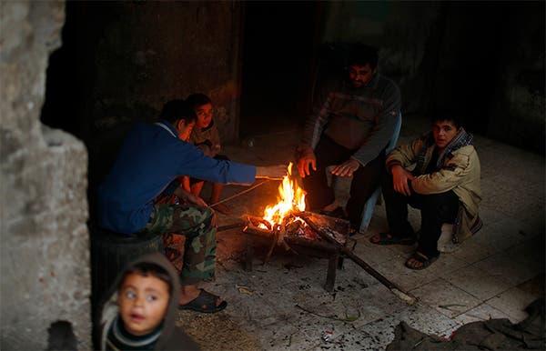 سكان غزة بعد توقف محطة الكهرباء الوحيدة لنفاذ الوقود