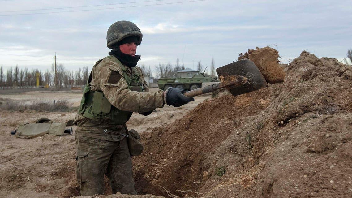 أوكرانيا تحفر خندق على حدودها مع روسيا