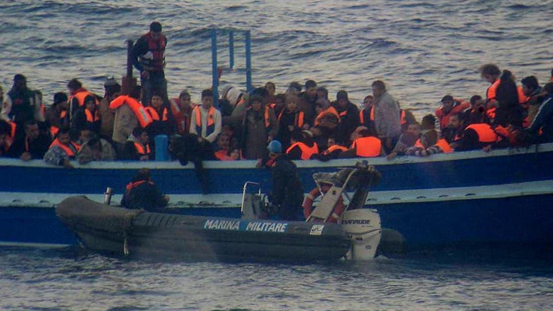مهاجرون الى ايطاليا البحر لاجئون لاجئين مهاجرين قارب قوارب