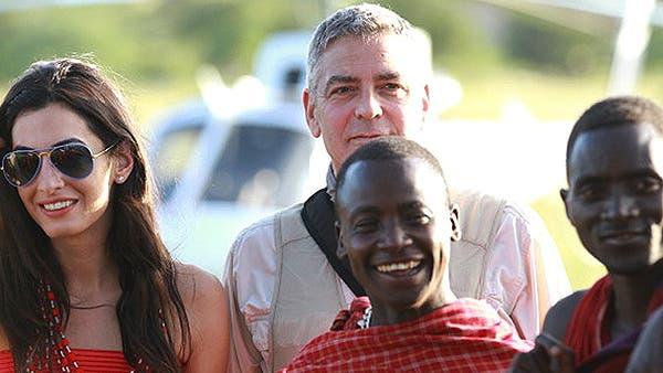 جورج كلوني مع أمل علم الدين في سفاري في تنزانيا