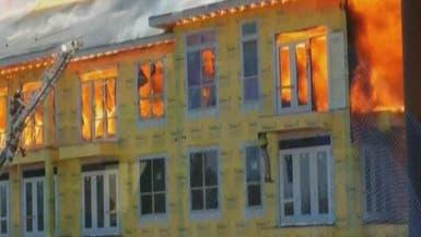 بالفيديو.. نجاة عامل بناء من حريق بطريقة عجيبة