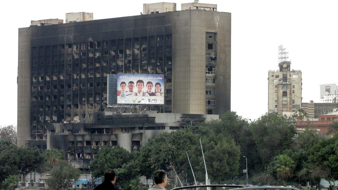 """هدم مقر الحزب الوطني """"المنحل"""" (الحزب الحاكم خلال حكم الرئيس المصري السابق حسني مبارك"""