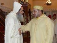 ملك المغرب يصلي الجمعة مع شيخ سلفي سجن 9 سنوات