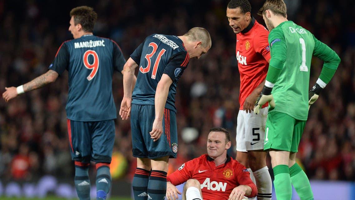 Bayern Munich's German midfielder Bastian Schweinsteiger (2L) talks to Manchester United's English striker Wayne Rooney (C)