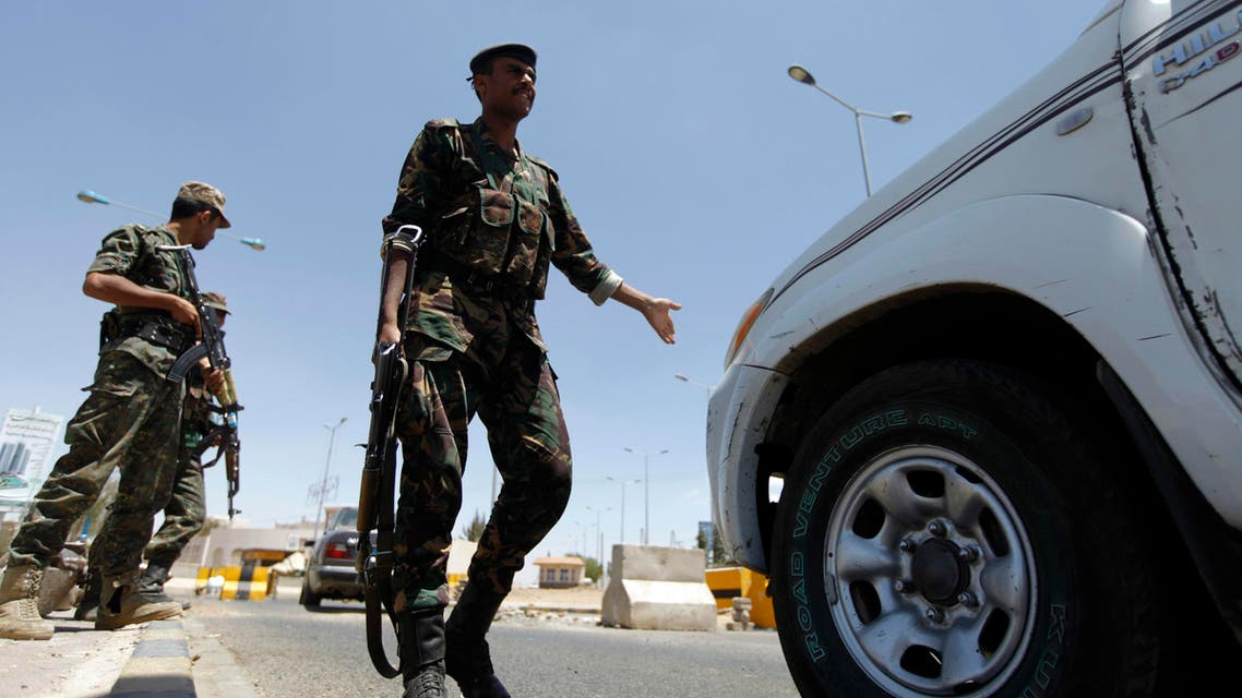 Soldiers search for weapons at an entrance checkpoint in Sanaa March 26, 2014. (File photo: Reuters)