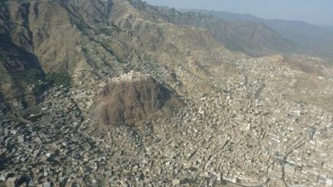 صورة لمدينة يمنية مهددة بالكامل بخطر الانهيارات الصخرية